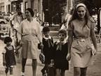 Alunni accompagnati dai genitori a scuola. Anni '70
